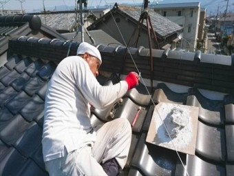 職人が漆喰を塗っています