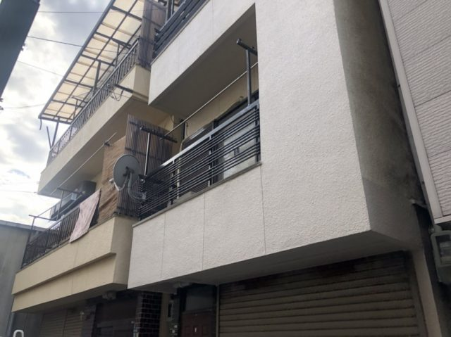 東大阪市で3階建て住宅の軒樋の交換の現場調査