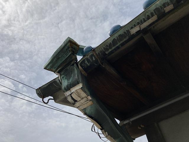 八尾市で樋の取替工事銅板製の樋が青く変色して穴があいた