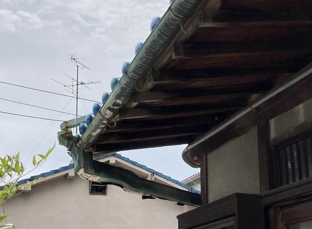 八尾市で樋の取替現場調査銅製の樋劣化で穴が開いた