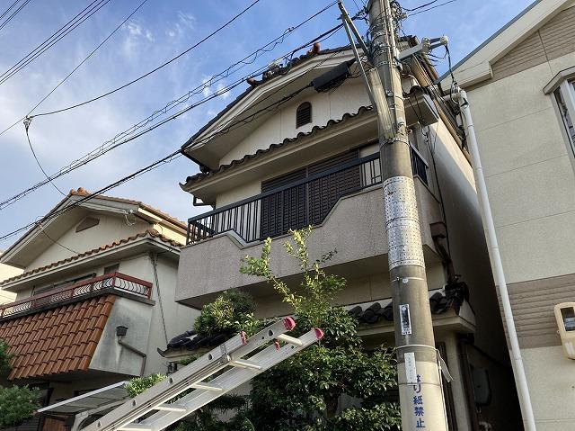 梯子で屋根の点検
