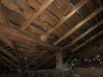 天井裏雨漏りのしみ