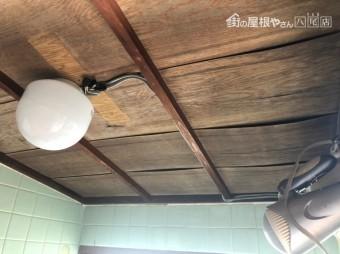雨漏りで天井が波打った