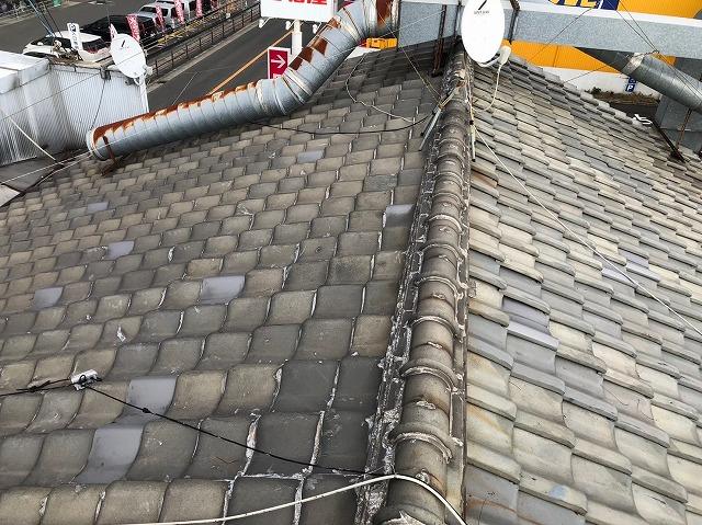 屋根にダクト配管
