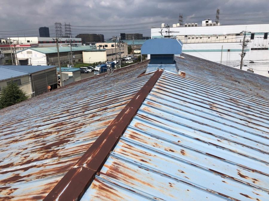 台風21号による風災で工場の屋根の棟板金や破風板金が飛来