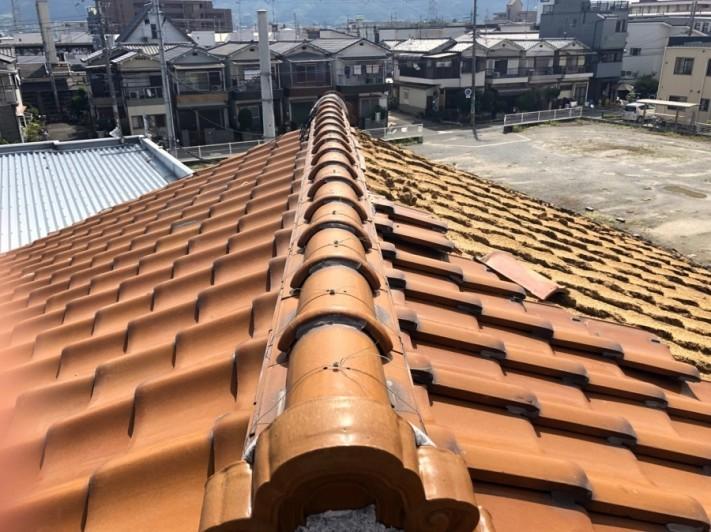 八尾市での屋根瓦被害。現場調査の際、屋根の1/4程の瓦が飛んでいる様子。
