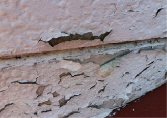 塗膜の剥がれボロボロになった外壁